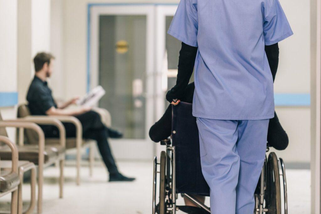 Tierce personne et victime en chaise roulante